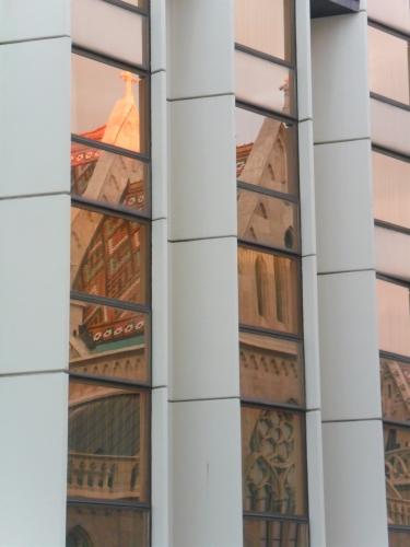 Mozaikowy dach Kościoła Św. Marcina odbijający się w szybach Hotelu Hilton