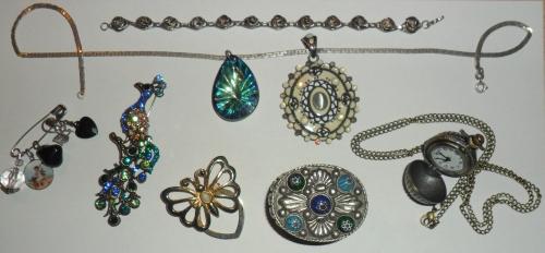 Łańcuszki, broszki i zawieszki. Godniejsze uwagi: motylek - klamra na apaszek, puzdereczko z Maroka i kwarcowy zegarek na szyję od Mamy.