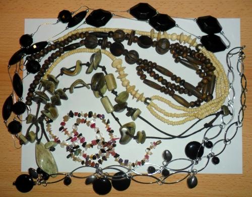 Czarne naszyjniki: Glitter; od góry: drewno i kość słoniowa - prezent (z antykwariatu); zielone kamienie kupione milion lat świetlnych temu w sklepie indyjskim; drobne kamyki - po prababci.